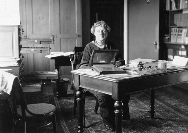 Annie_Jump_Cannon_sitting_at_desk